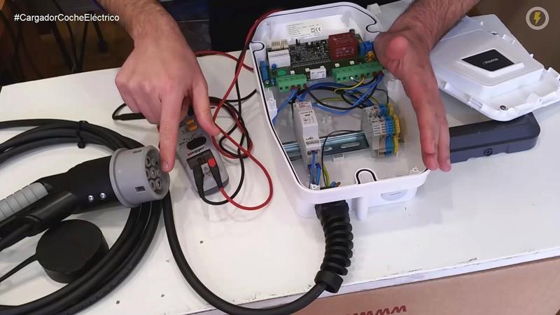 cargador_coche_electrico_circutor_wallbox_cable_menneke_tipo_2_16_a_circutor_placa_electronica_manuel_amate_domo_electra