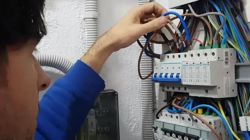 https://www.domoelectra.com/wp-content/uploads/2019/11/sustitucion-sobretensiones-trifasico-comunidad-vecinos-domo-electra-electricidad.jpg